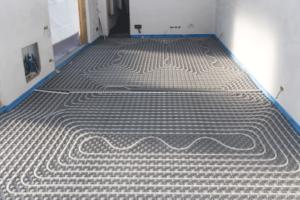 Une pièce recouverte des tuyaux d'un chauffage sol