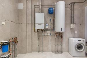 une installation de chauffage complète, avec chaudière et boiler