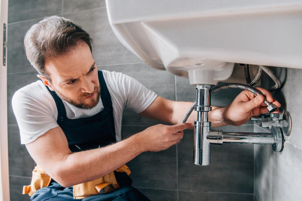 Débouchage de canalisation : le faire seul ou avec l'aide d'un déboucheur professionnel ?